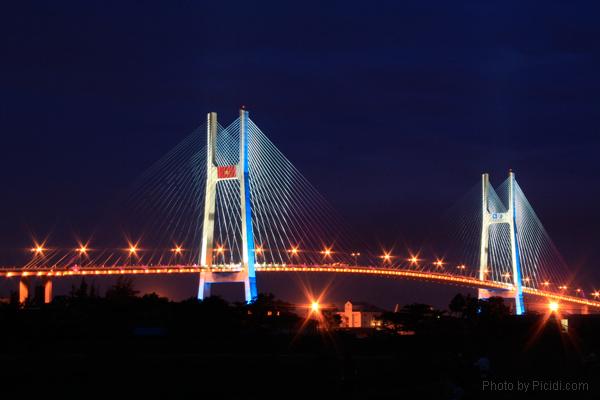 Cầu Phú Mỹ rực rỡ về đêm
